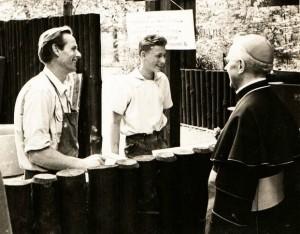 B. Rumold mit J. Fischer und kirchlichem Würdenträger, 1967