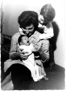 Die paplose Familie 1959, die große und die neue kleine Christl und Lothar, der liebe Bub.
