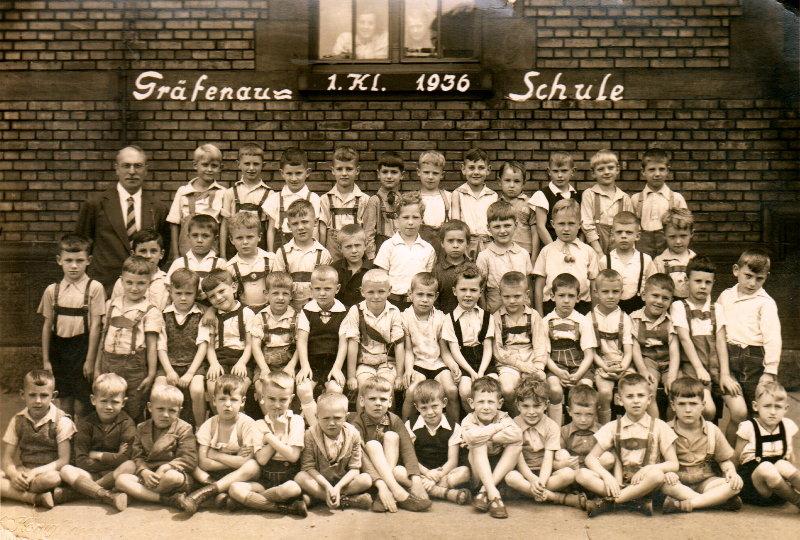 Ludwigshafen, Gräfenaustr. 32, welcher von diesen 51 Erstklässlern ist Berthold R.? Ich vermute: der in der Mitte mit dem herunterhängenden Hosenträger.